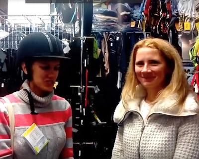 Вручение призовых шлемов победителям акции конного магазина на Эквиросе Осень 2107